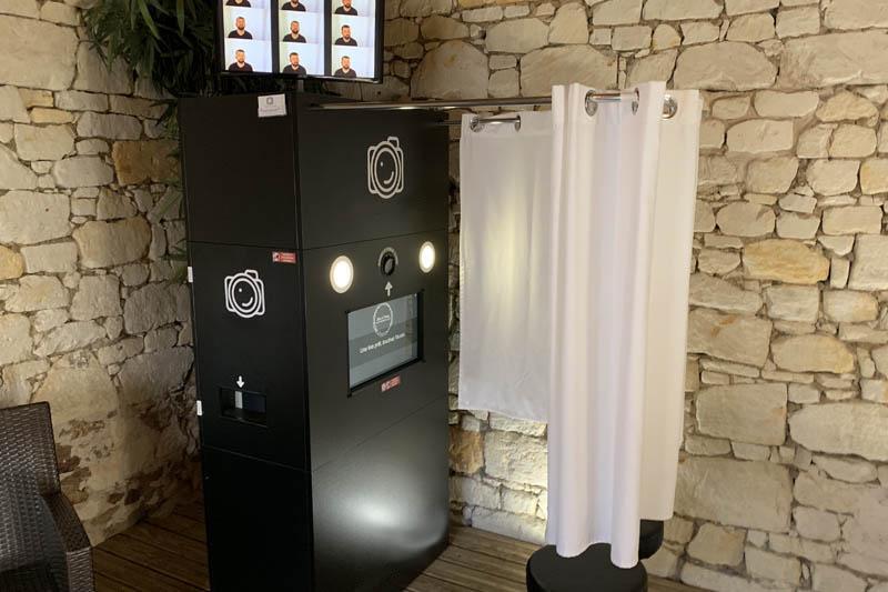 La cabine photobooth avec rideau et tabourets du Kiosque à Sourires